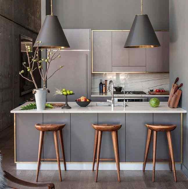 Кухни серого цвета в сочетании с латунью, фото в интерьере