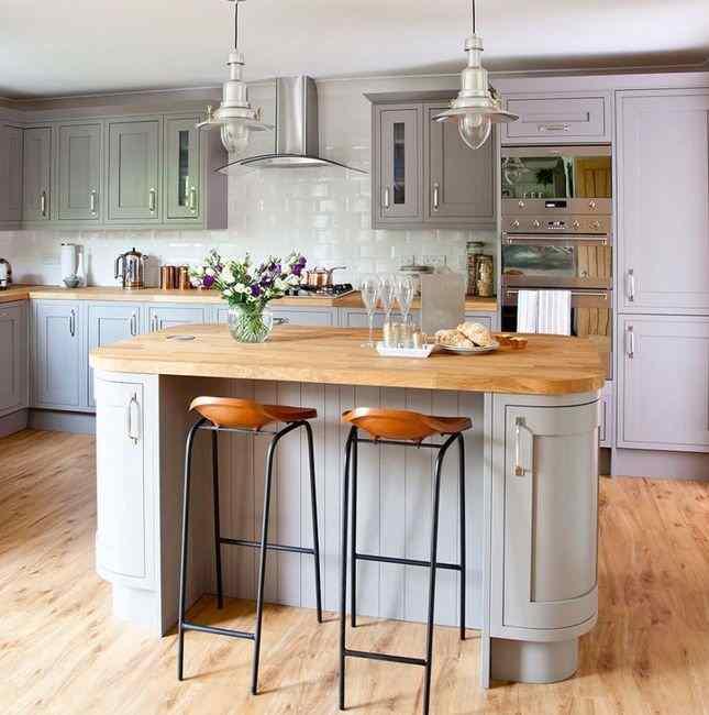 Сочетание серой кухни с деревом, фото в интерьере