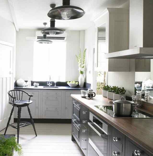 Серый цвет в маленькой кухне, фото в интерьере