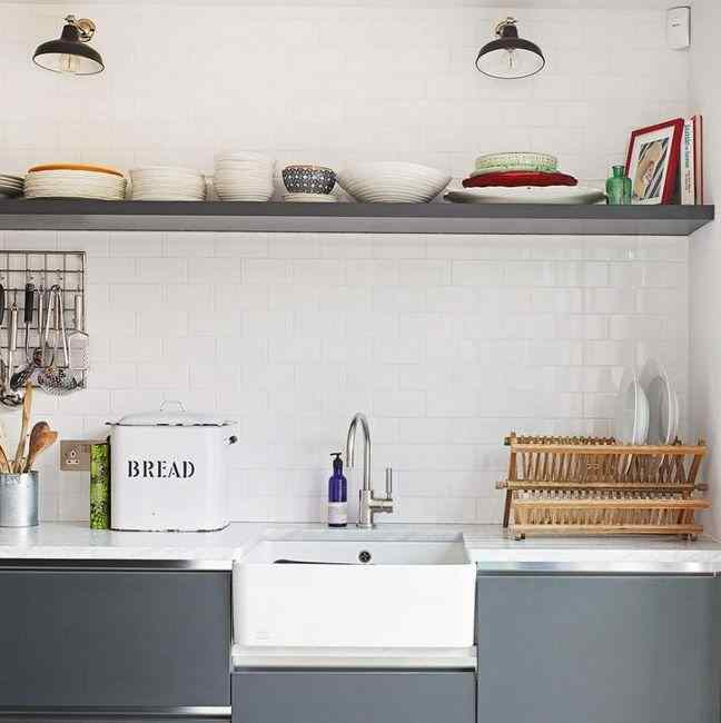 Использование простой навесной полки в серой кухне, фото в интерьере