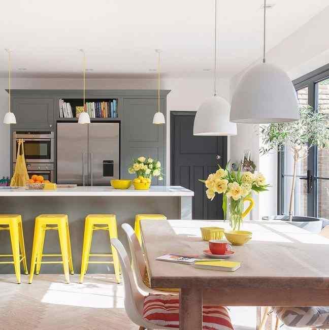 Сочетание серого цвета кухни с ярко жёлтым, фото в интерьере