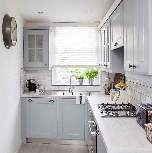 Бледно серый цвет для маленькой кухни, фото в интерьере