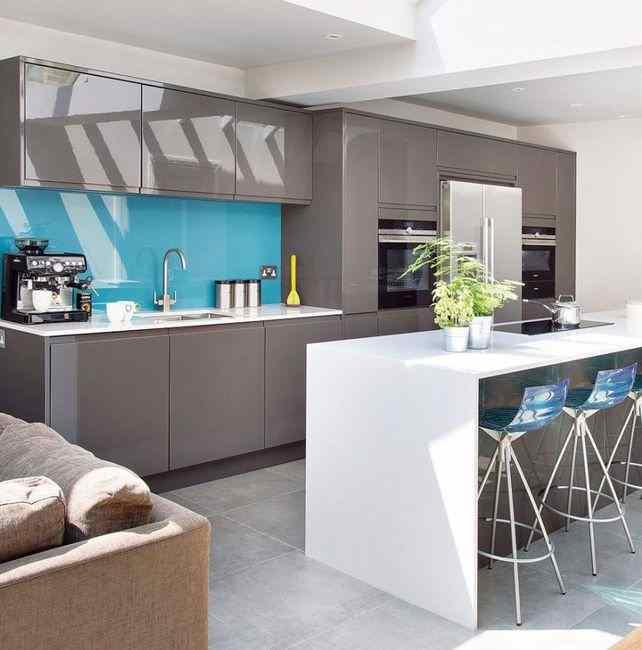 Кухня с серыми глянцевыми фасадами, фото в интерьере