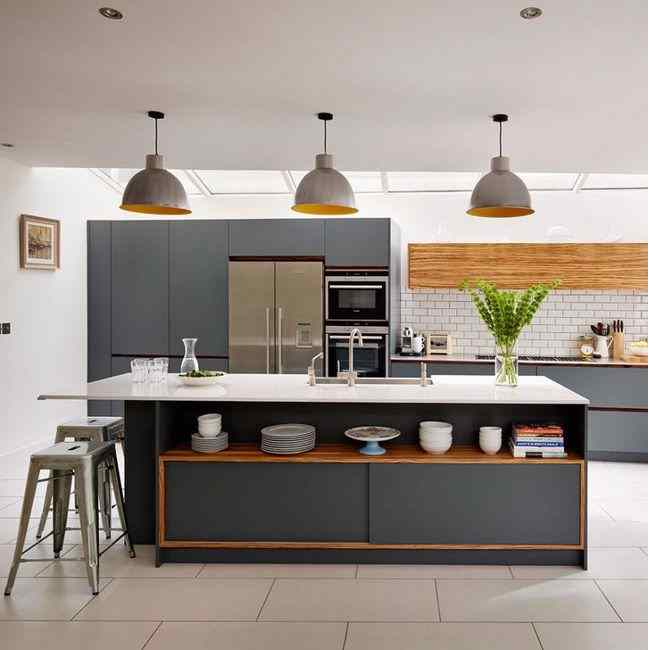 Кухня серого цвета в сочетании с натуральным деревом, фото в интерьере