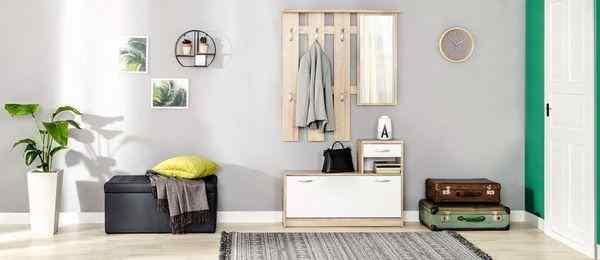 Белая мебель в интерьере современного коридора, фото