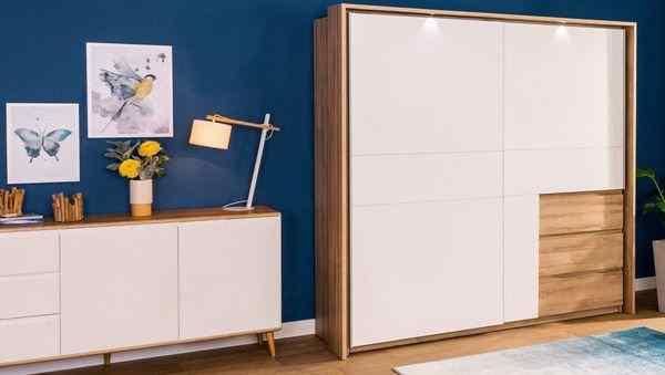 Белый гардероб с выдвижными ящиками в интерьере прихожей, фото
