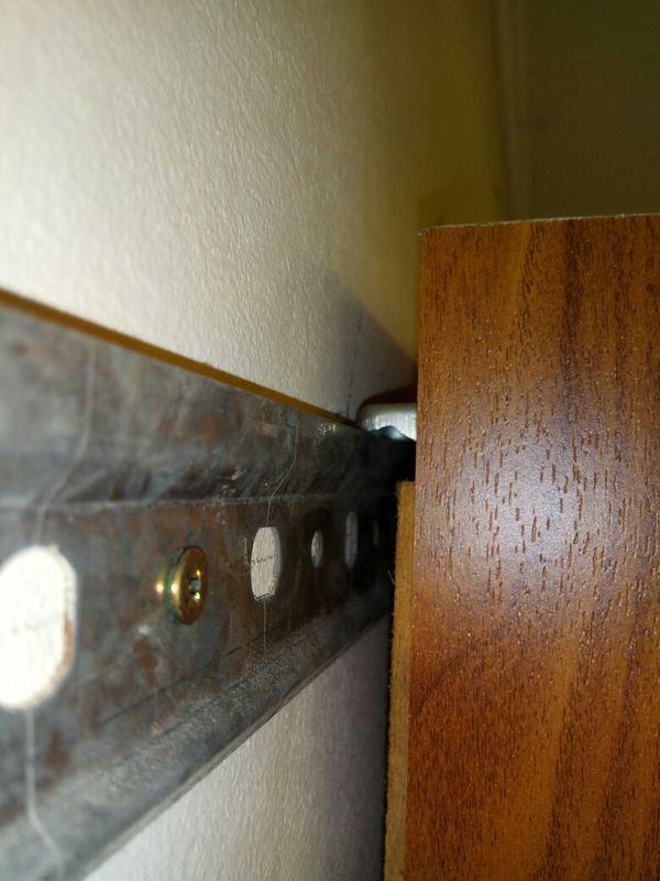 Полки вешаются в ряд регулируемыми креплениями на шину, зафиксированную на стене.