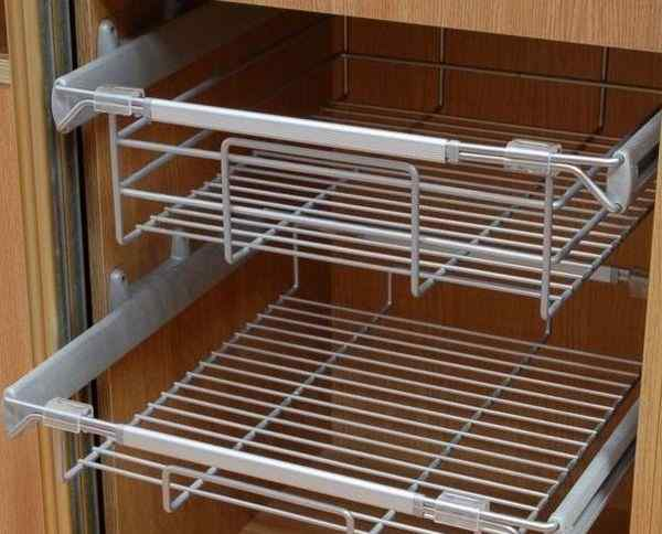 Выдвижная корзина для белья в шкафу купе, фото в интерьере