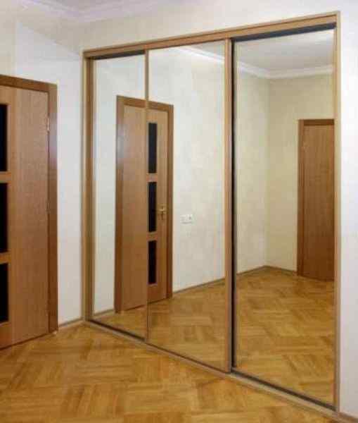 Шкаф купе встроенный с зеркальными фасадами, фото в интерьере комнаты