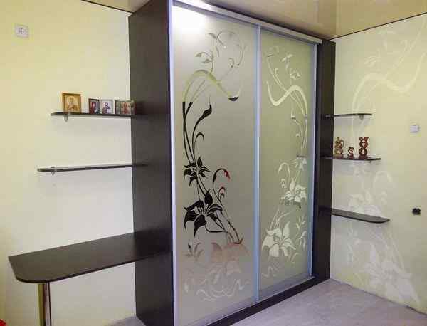 Двухдверный шкаф купе с зеркалом пескоструй по индивидуальным размерам, фото в интерьере