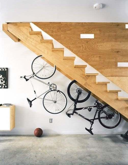 Фото размещения в подлестничном пространстве велосипедов