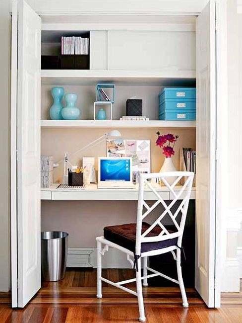 Рабочее пространство ниши с размещением в ней письменного стола - фото