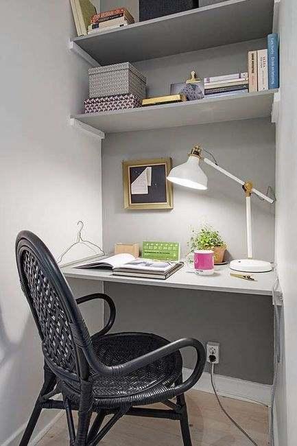 На фото экономное размещение рабочего стола с полочками, выполненными самостоятельно.