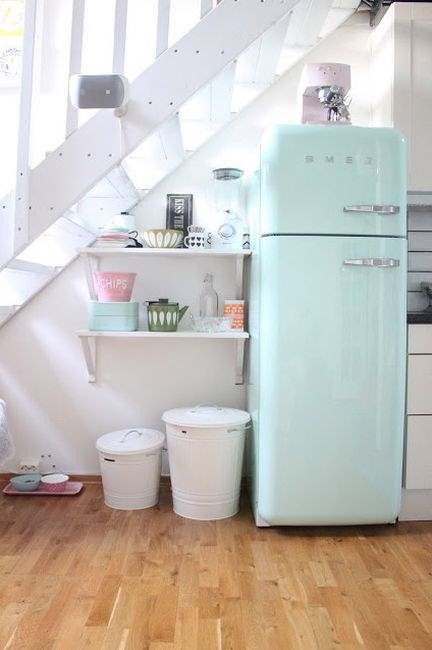 Холодильник и несколько полочек заметно разгрузят кухонное пространство.