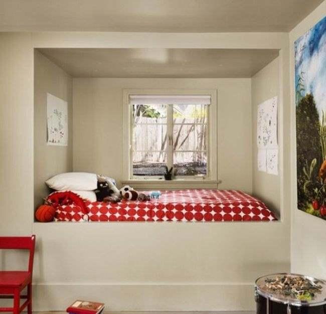 Фото организации ниши путём размещения в неё спальни