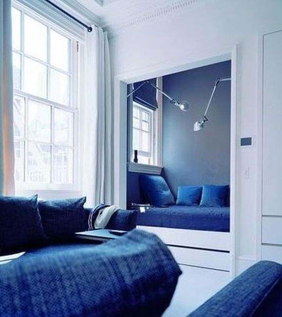 Кровать, встроенная в нишу, не займёт много места в интерьере квартиры