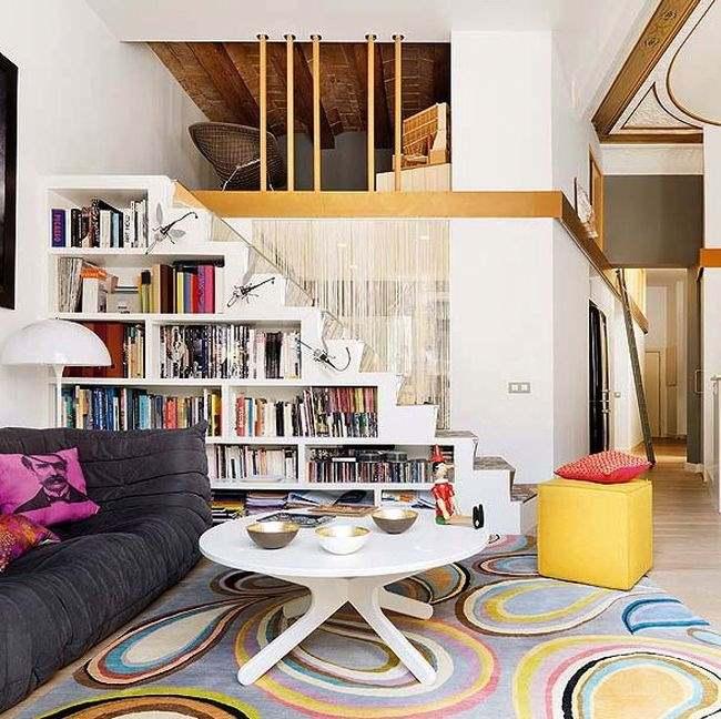 Необычная идея расположения в подлестничном пространстве книжного шкафа - фото в интерьере