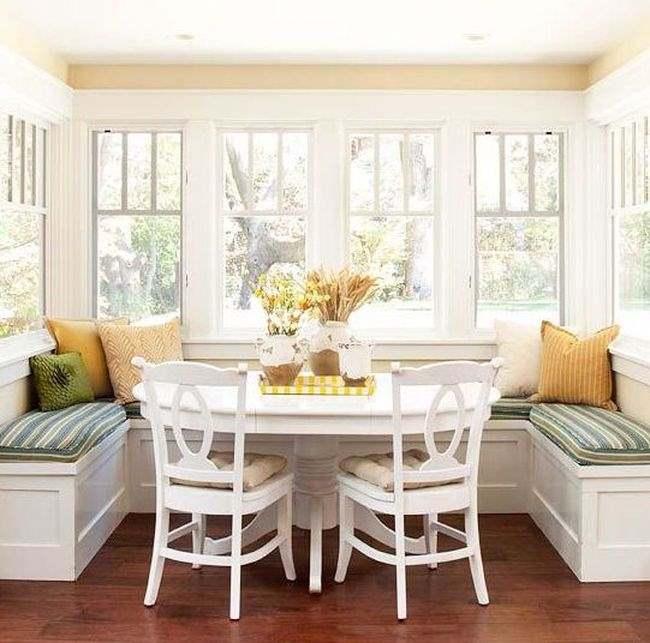 Фото размещения столовой в эркере квартиры или загородного дома
