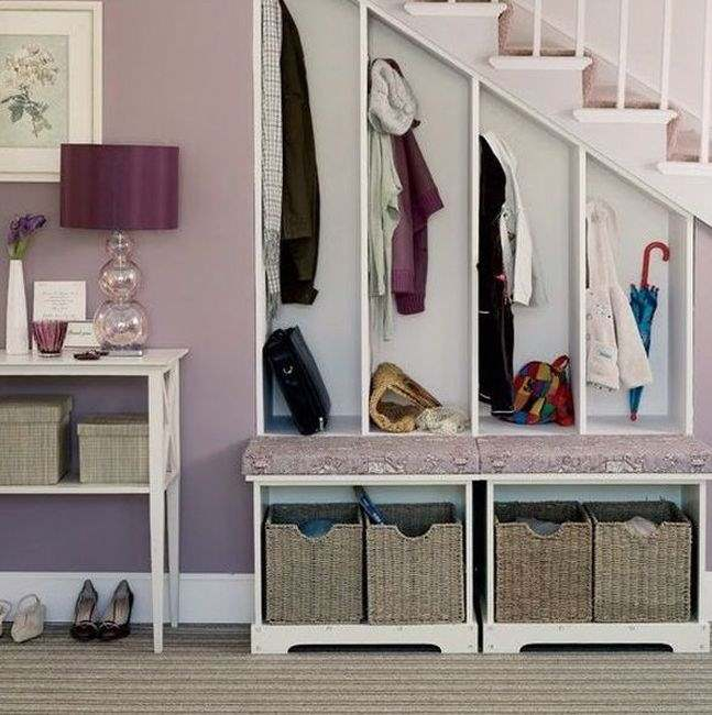 Фото размещения под лестницей шкафов для одежды