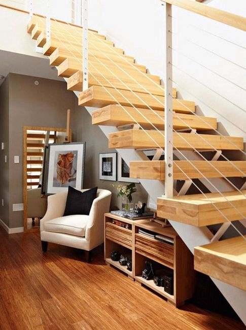 Место для отдыха под лестницей - фото